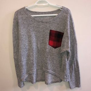 Grey high-lo sweeter with plaid pocket